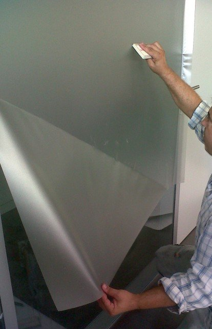 Colocación de vinilos en cristales y paredes al ácido. Permite dejar pasar la luz, no la vista
