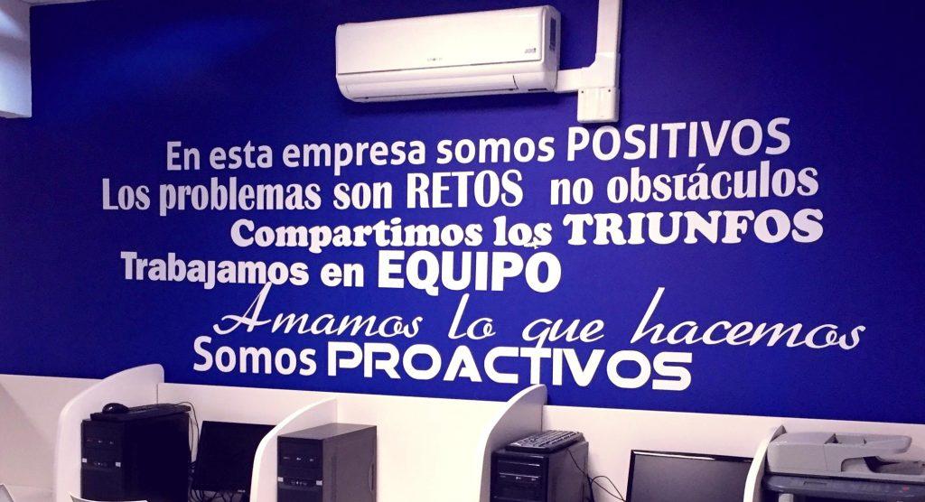 Decoración de paredes con mensajes positivos en vinilo de Call center